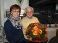 Renate Stroop gratuliert den neu gewählten Ehrenvorsitzenden Kurt Münster